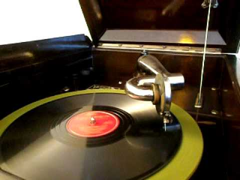 """Victor VV-215 Victrola playing Gene Autry """"HERE COMES SANTA CLAUS"""" (Columbia)"""