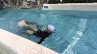 제주 워터파크에서 배영하기