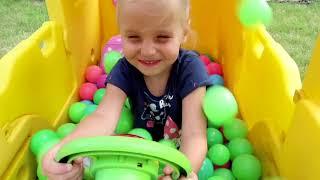 Niña Alicia fingir jugar conductor de autobús Escolar / El autobus cancion infantil