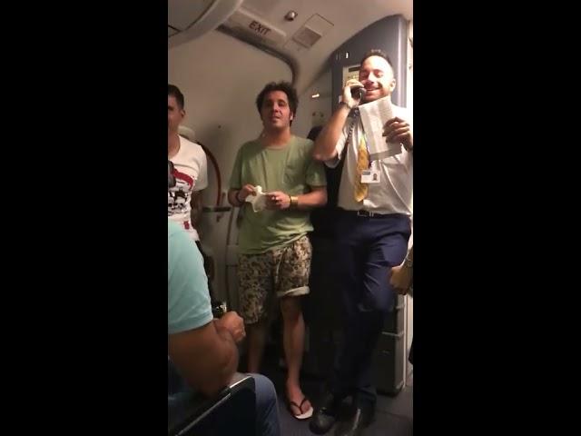 """""""Dos euritos"""", la versión de """"Despacito"""" para vender lotería en un avión"""