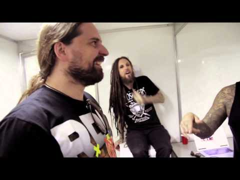 Korn performs Sepultura's 'Roots Bloody Roots' with Andreas Kisser & Derrick Green