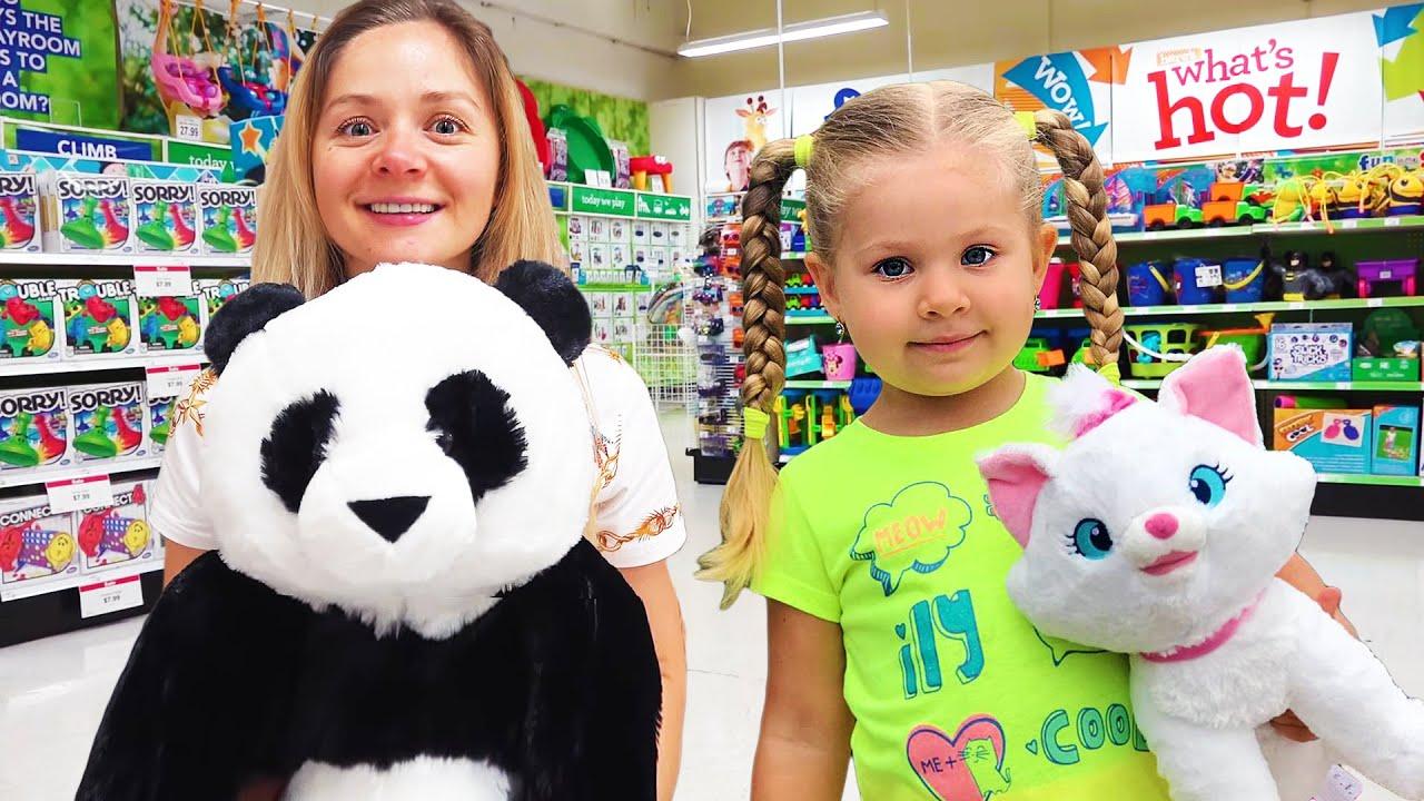 Диана и мама в магазине игрушек