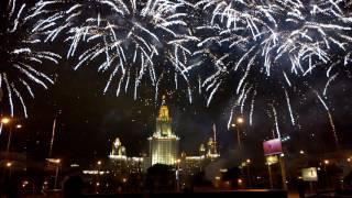Фейерверк на фоне Главного здания МГУ