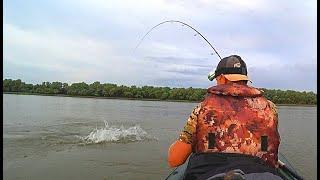 ВОДА КИПИТ ОТ РЫБЫ. ПОПАЛ НА ЛЕТНИЙ ЖОР. Рыбы так много, клюёт на каждом забросе.
