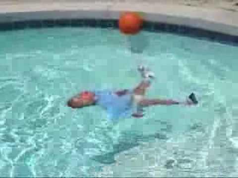 Cuidados del beb la piscina youtube for Piani del cortile con piscine