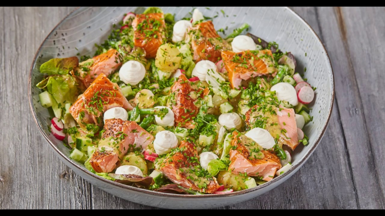 Opskrift Salat Af Varmrøget Laks Med Cremefraiche Ræddiker Agurk