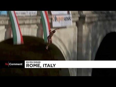 Em Roma é tradição saltar da ponte Cavour