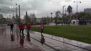 Счастливые перуанские болельщики бегут под дождем в Екатеринбурге
