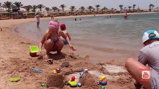 Машинки Cars. Машинки на берегу моря. Девочки играют с машинками в песке. Girl playing with toy cars(Девочки тоже играют с машинками! В этом видео девочки играют с машинками на берегу красного моря в Египте...., 2015-07-31T14:13:27.000Z)