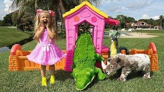 Diana e Roma brincam com animais de brinquedo
