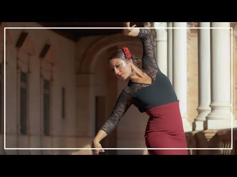 Baile Flamenco - Bailaora en Plaza España, Sevilla con bata de cola