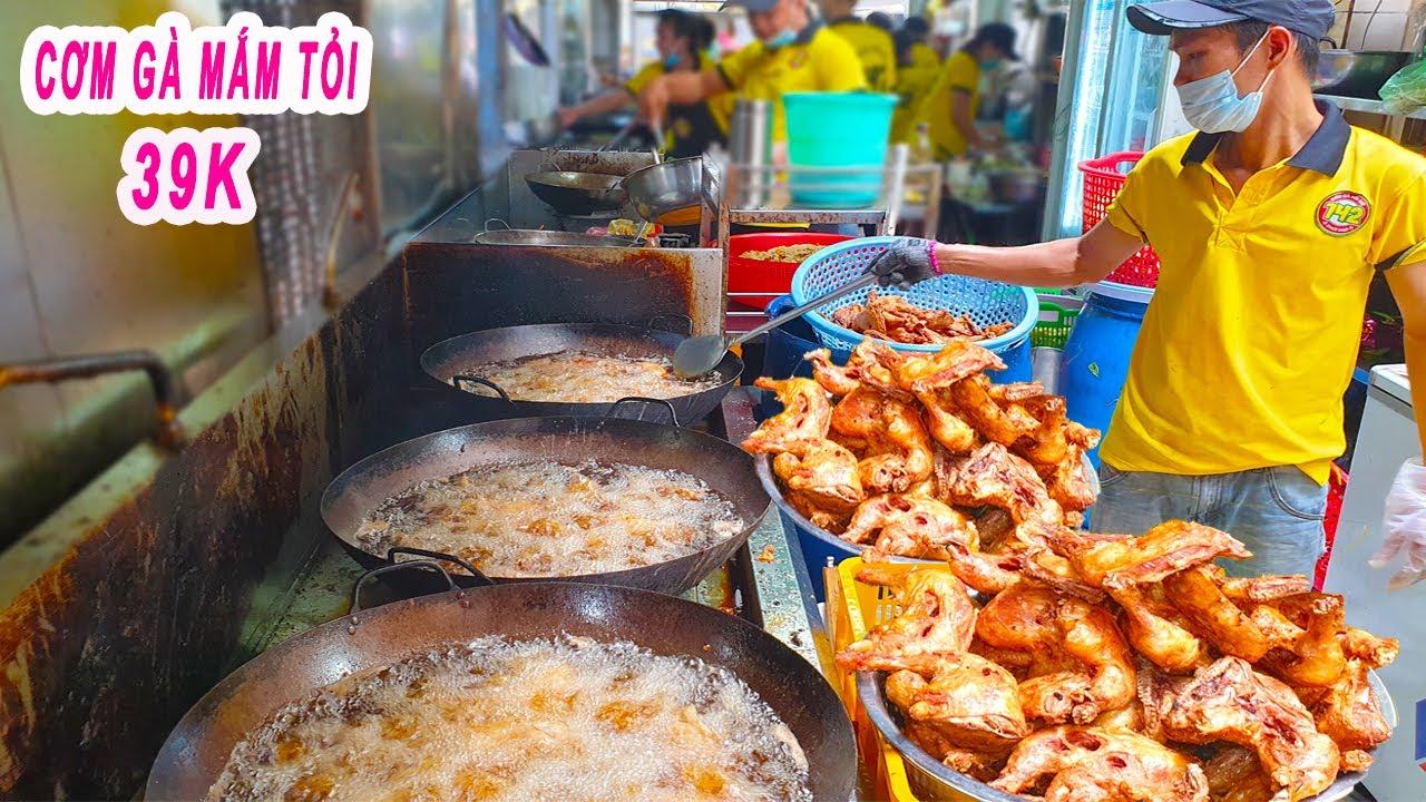 """Cận cảnh """"xếp hàng"""" mua Cơm Gà Mắm Tỏi 39K ở Sài Gòn"""