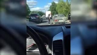 Украла мужика! Пьяная женщина несколько минут «катала» сбитого еймужчинунакапоте своего Mercedes