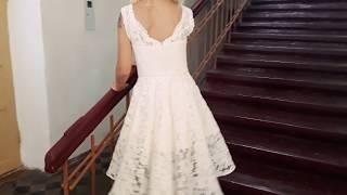 Свадебное, либо вечернее платье кружевное с небольшим шлейфом.