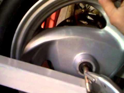 equilibrage roue de scooter sym gts youtube. Black Bedroom Furniture Sets. Home Design Ideas