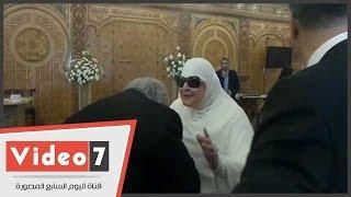 الفنان خالد زكي يقبل يد والدة عمرو الليثي بعقد قران كريمتهم