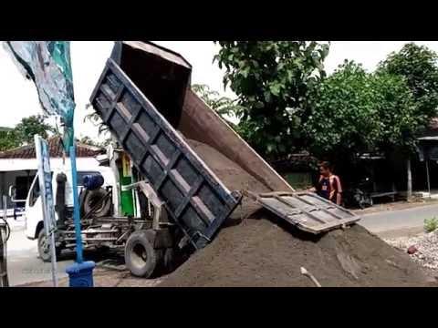 Truk Besar PengAngkut Pasir Sedang Beraksi - Truk Kontruksi