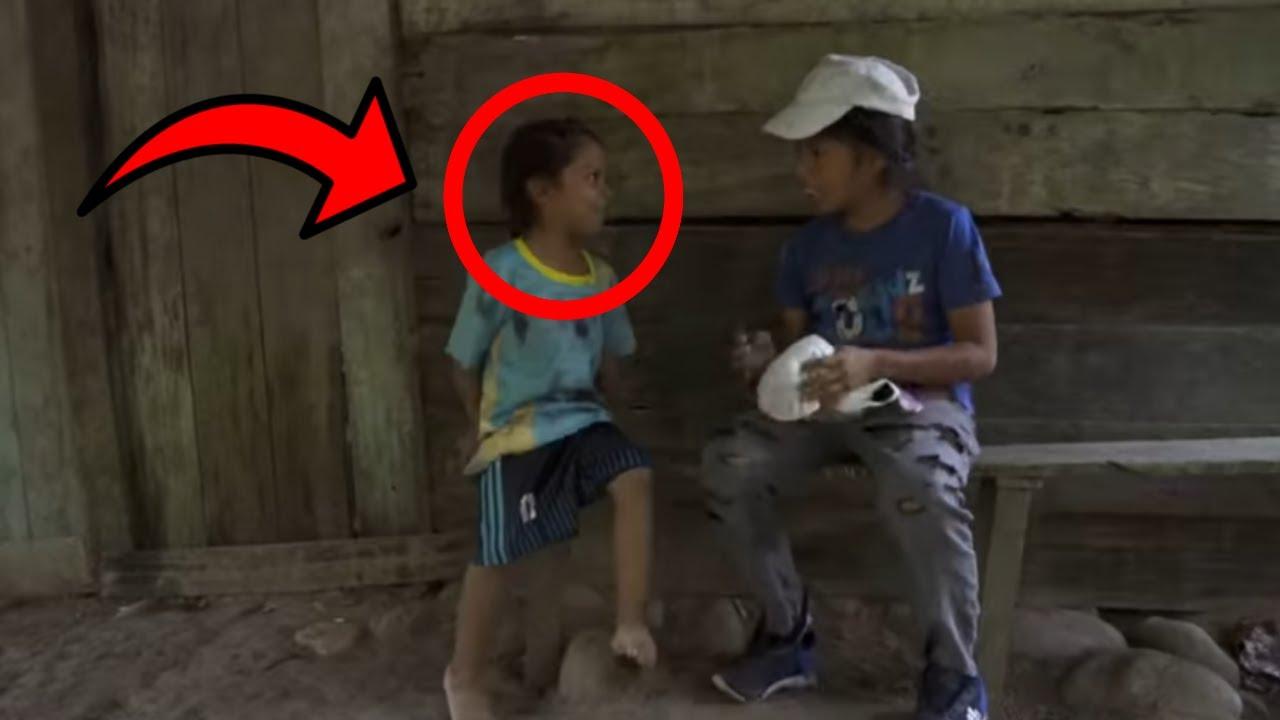 عندما اقتربت هذه الفتاة الفقيرة من اختها واعطتها هذا حدثت المفاجئة التي لم يتوقعها احد !! شاهد
