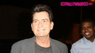 Repeat youtube video Charlie Sheen Greets Fans & Jokes With Paparazzi At Catch LA Seafood Restaurant 1.9.17