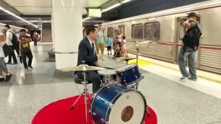 Джозеф Гордон Левитт сыграл на барабанах в метро