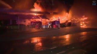 """فرق الدفاع المدني تسيطر على حريق في سوق الخضار والفواكه بـ """"ميناء زايد""""."""