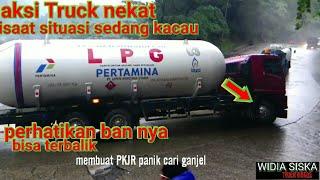 Aksi Nekat truck bawa Gas LPG melewati jalur sitinjau lauik(DISAAT SITUASI SEDANG KACAU)