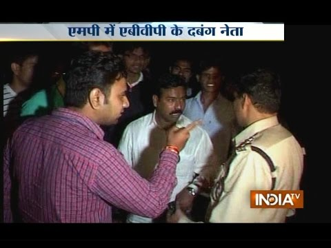 ABVP student of Barkatullah University in Bhopal misbehaves with police - India TV