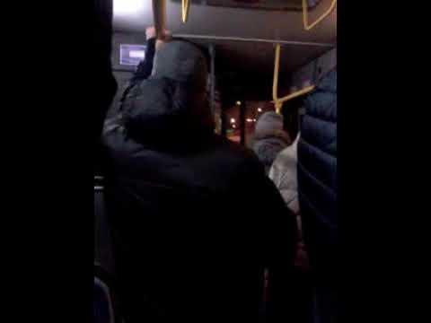 Пассажиры поют в автобусе