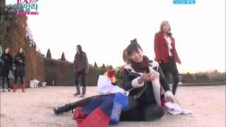 Victoria giving Sulli a piggy back ride