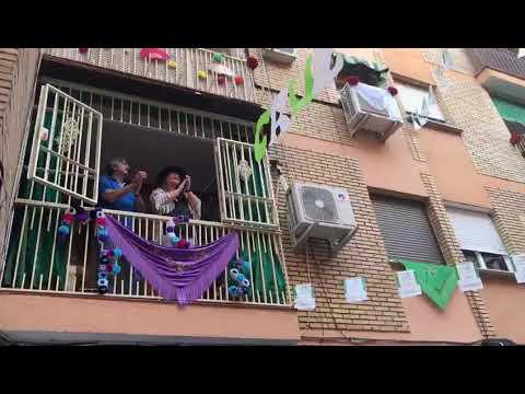 Celebración de la 'Cruz de Mayo Balconing' en el barrio de El Naranjo