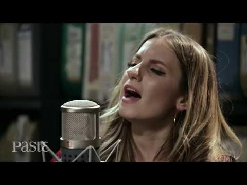 Download Caitlyn Smith live at Paste Studio NYC Mp4 baru