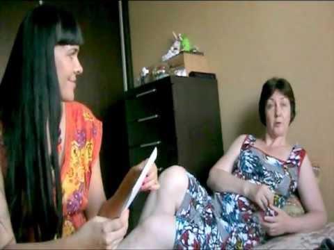 Наши друзья Юра и Вика сидят в нашей комнате