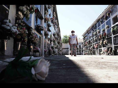 Familiares de fallecidos durante el confinamiento despiden a los suyos en el cementerio San Rafael