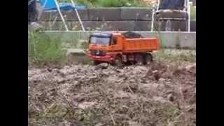 RC Actros Kipper im Matsch - RC actros dump truck in the mud