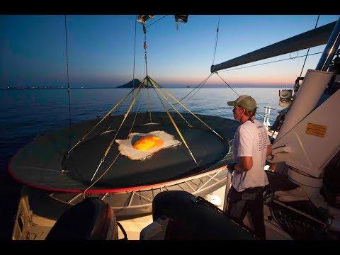 Así han sido los trabajos para instalar una sartén gigante en La Manga del Mar Menor