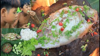 Primitive Technology - Cooking big fish on a rock for dinner