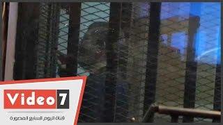بالفيديو.. مرسى يتحدث مع المتهمين بالإشارة خلف القفص الزجاجي