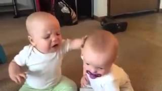 bayi kembar rebutan empeng