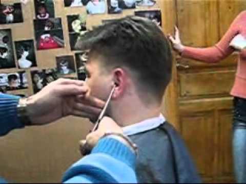 Турецкий мастер убирает волосы в ушах зажигалкой