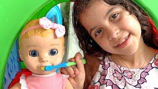 SARAH FINGI BRINCAR COM BEBÊ DE BRINQUEDO DE ESCOVAR OS DENTES