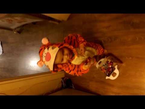 Ребенок в костюме тигра!