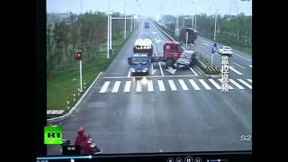 Бросив скутер, китаец убежал от летящего на него грузовика