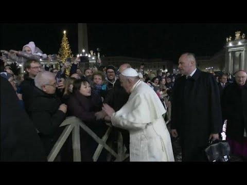 شاهد: البابا فرانسيس يضرب مؤمنة على يدها في الفاتيكان