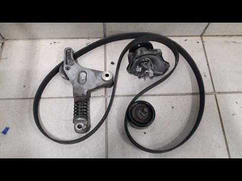 Toyota Camry 2012 года замена помпы и натяжного ролика с приводным ремнем.