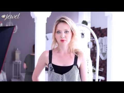 Ученица Jewel Models в процессе обучение в модельной школе в тематической съемке в интерьере