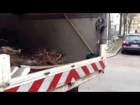 Limpieza de las calles con camiones modernos, nuevos, en Hamburgo