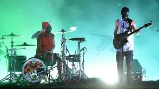 """Twenty-One Pilots Rock 2016 AMAs Stage With """"Heathens"""" & """"Stressed Out"""""""