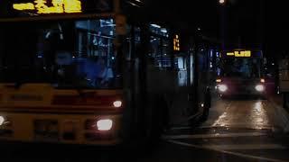 西鉄バス路線車(大濠公園行きと天神行き)・博多五町バス停を発車