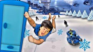 O Armário Mágico Azul | Brincando no Parque de Neve com Escorregador Gigante