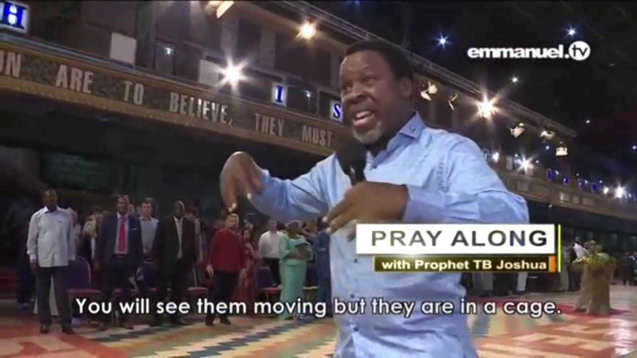 Tiên tri TB Joshua cầu nguyện tiếng lạ để chữa lành và giải cứu cho khán giả theo dõi từ xa.
